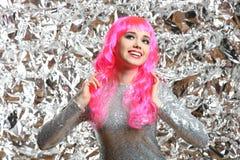 Muchacha con el pelo rosado en un vestido de plata Imagen de archivo