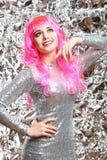 Muchacha con el pelo rosado en un vestido de plata Imagenes de archivo