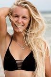 Muchacha con el pelo rubio en la playa Imágenes de archivo libres de regalías