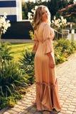 Muchacha con el pelo rubio en el traje de natación, relajándose en jardín del verano foto de archivo libre de regalías