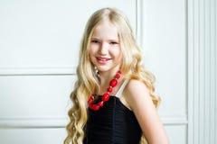 Muchacha con el pelo rubio largo Foto de archivo libre de regalías