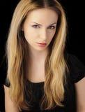 Muchacha con el pelo rubio largo, expresión seria Fotografía de archivo libre de regalías
