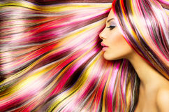 Muchacha con el pelo teñido colorido