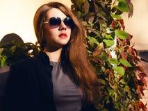 Muchacha con el pelo y las gafas de sol rojos Imágenes de archivo libres de regalías