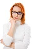 Muchacha con el pensamiento de los vidrios del pelo que desgasta rojo Imágenes de archivo libres de regalías