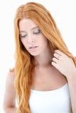 Muchacha con el pensamiento rojo largo del pelo Foto de archivo libre de regalías