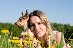 Muchacha con el pequeño perrito Foto de archivo