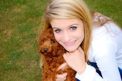 Muchacha con el pequeño perrito Fotos de archivo