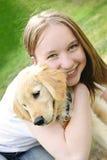 Muchacha con el perrito Imágenes de archivo libres de regalías