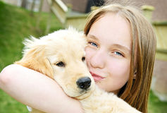 Muchacha con el perrito Imagen de archivo libre de regalías