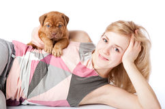 Muchacha con el perrito de Dogue de Bordeaux Fotografía de archivo