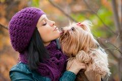 Muchacha con el perro Foto de archivo