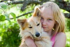 Muchacha con el perro de animal doméstico Imagenes de archivo