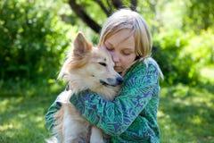 Muchacha con el perro de animal doméstico Fotografía de archivo libre de regalías