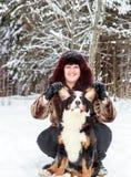Muchacha con el perro de la montaña Fotos de archivo