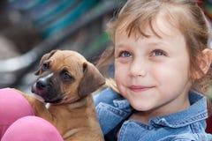 Muchacha con el perro de perrito Fotos de archivo