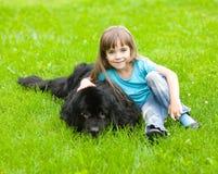 Muchacha con el perro de Terranova Foto de archivo