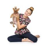 Muchacha con el perro del yorkie Imagen de archivo