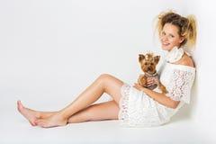 Muchacha con el perro del yorkie Fotos de archivo