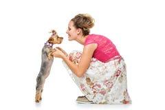 Muchacha con el perro del yorkie Fotografía de archivo libre de regalías