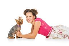 Muchacha con el perro del yorkie Imagen de archivo libre de regalías