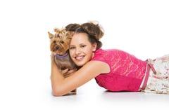 Muchacha con el perro del yorkie Fotos de archivo libres de regalías