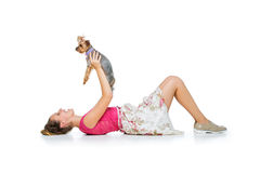Muchacha con el perro del yorkie Imagenes de archivo