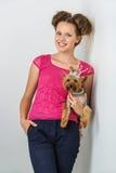 Muchacha con el perro del yorkie Foto de archivo libre de regalías
