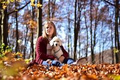Muchacha con el perro en el parque Imagen de archivo