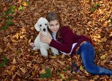 Muchacha con el perro en el parque Fotografía de archivo libre de regalías