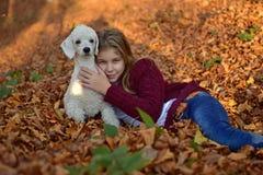 Muchacha con el perro en el parque Imagen de archivo libre de regalías