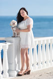 Muchacha con el perro en orilla del mar Fotos de archivo libres de regalías