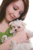 Muchacha con el perro maltés foto de archivo