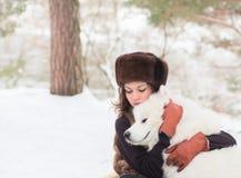 Muchacha con el perro samoed Imagen de archivo