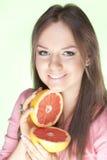 Muchacha con el pomelo imagen de archivo
