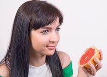 Muchacha con el pomelo Fotos de archivo libres de regalías