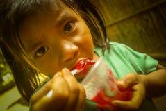 Muchacha con el pudín rojo en Bolivia Imágenes de archivo libres de regalías