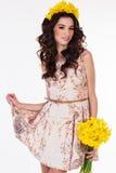Muchacha con el ramo de flores amarillas de la primavera Imagenes de archivo