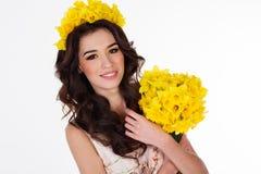 Muchacha con el ramo de flores amarillas de la primavera Fotografía de archivo