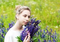 Muchacha con el ramo de flores del lupine fotos de archivo libres de regalías