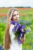 Muchacha con el ramo de flores del lupine imágenes de archivo libres de regalías