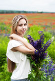 Muchacha con el ramo de flores del lupine imagen de archivo libre de regalías
