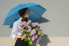 Muchacha con el ramo de lilas, con un paraguas Imágenes de archivo libres de regalías