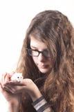 muchacha con el ratón del hámster del animal doméstico fotografía de archivo