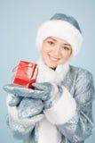 Muchacha con el rectángulo de regalo Foto de archivo