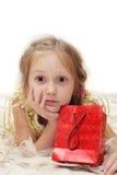 Muchacha con el rectángulo de regalo Fotografía de archivo