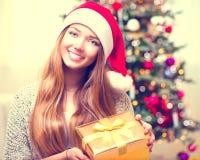 Muchacha con el rectángulo de regalo de la Navidad Fotografía de archivo