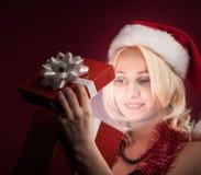 Muchacha con el rectángulo de regalo rojo Imágenes de archivo libres de regalías