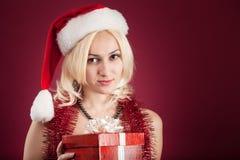 Muchacha con el rectángulo de regalo rojo Imagen de archivo