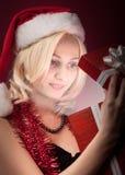 Muchacha con el rectángulo de regalo rojo Fotografía de archivo